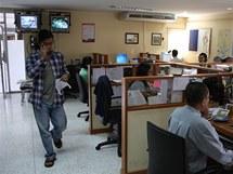Šéfredaktor Aung Zaw (vlevo) prochází newsroomem