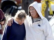 Obyvatelé Tusconu postávají na místě, kde útočník postřelil kongresmanku Giffordsovou (8. ledna 2010)