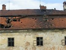 Zchátralý zámek v Ropici u Třince (snímek ze září 2006).