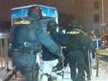Policie zadržela střelce, který se zabarikádoval v bytě na Černém Mostě