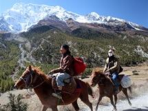 """Nepál. """"Zlatá"""" horská mládež se místo na motorkách prohání nam koních"""