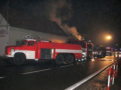 Při rozsáhlém požáru lehla v noci popelem stolárna v Kunovicích na Uherskohradišťsku