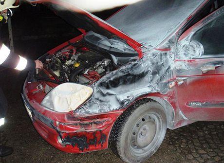 Oheň zničil v Otrokovicích dodávku a poškodil i vedle stojící osobní automobil.