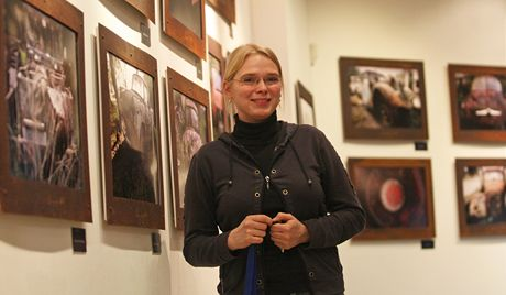 Lucie Kempná v muzeu v Kopřivnici před fotografiemi vraků.