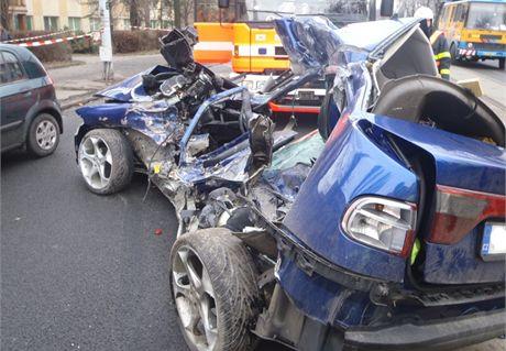 Tragická nehoda mezi seatem a tramvají v Ostravě.