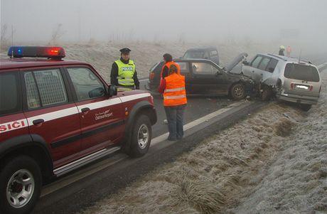 Nehoda nedaleko Mošnova na Novojičínsku, kde se na náledí srazily tři vozy a bylo zraněno jedno dítě.