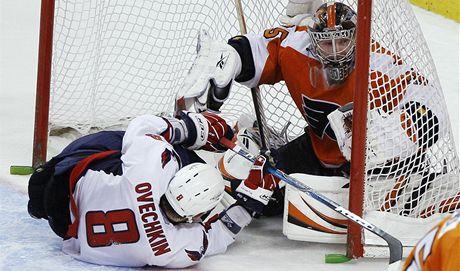Tohle nemù�e platit za g�l, ani kdyby se Alexandr Oveèkin rozkr�jel. Takto �toèn�k Washingtonu natlaèil na branky filadelfsk�ho brank�øe a rusk�ho krajana Sergeje Bobrovsk�ho v �tern�m z�pase NHL.