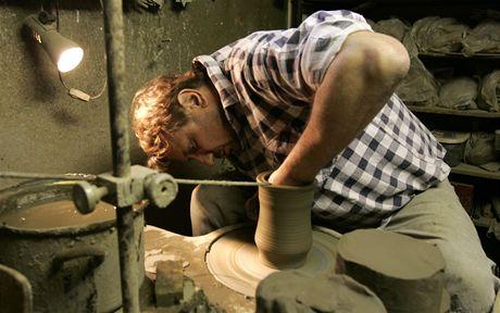 Keramik Igor Chrástek pracuje na hrnčířském kruhu ve své dílně ve Zlechově.