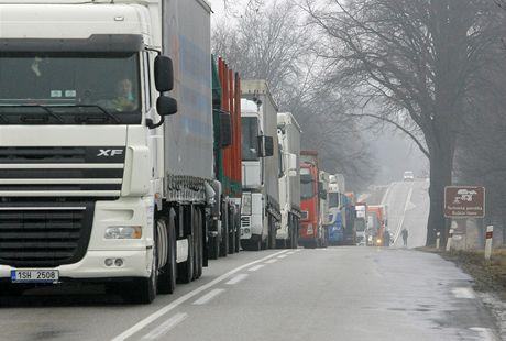 Kvůli nehodě mezi Netřebicemi a Velešínem se na silnici na Dolní Dvořiště tvořily dlouhé kolony. Silnice byla uzavřena asi čtyři hodiny.