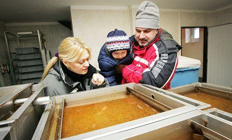 Monika Krásová, Petr Řízek a jejich dvouletý syn Vojtěch v rybí líhni prohlíží jikry.