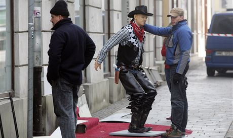 Natáčení filmu Yuma v centru Ostravy. Na snímku rekvizitáři chystají jako kulisu obchod s westernovým zbožím.