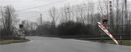 Přejezd, na kterém řidiče nákladního auta uvěznily závory.