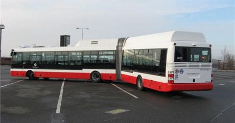 Nový autobus s hybridním pohonem na parkovišti v hostivařských garážích.