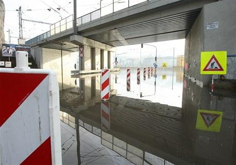 Zatopená křižovatka pod Mariánskou skálou v Ústí nad Labem tvoří za normálního stavu hladiny frekventovanou bránu do centra města.