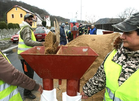 Lidé v Olšinkách připravují pytle s pískem na ochranu proti velké vodě