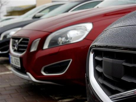 Volvo V60 - pod plastovým krytem je radar adaptivního tempomatu