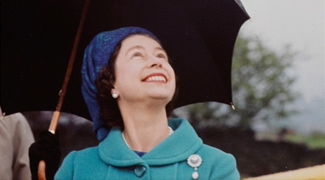 Snímek britské královny Alžběty II. od Eve Arnoldové z roku 1968