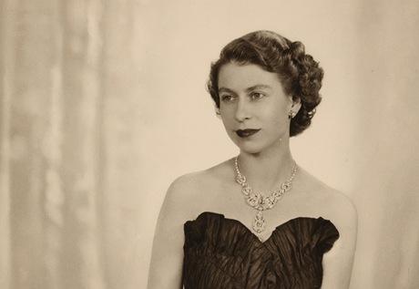 Snímek britské královny Alžběty II. od Dorothy Wildingové z roku 1952