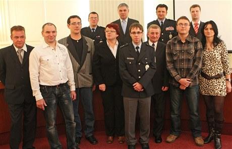 Devět oceněných za zásah v krnovském Prioru s hejtmanerm,starostkou a policejním ředitelem.