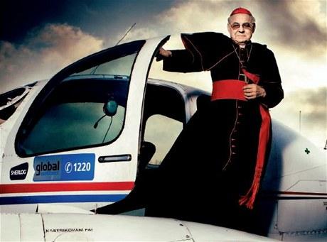 Kardinál Miloslav Vlk pózoval u letadla pro Magazín MF DNES