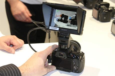 CES 2011 - přídavný hledáček pro zrcadlovky