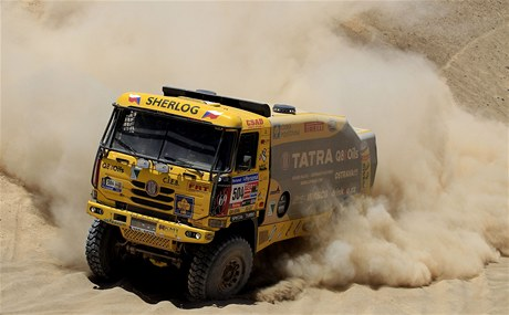 Ale� Loprais, druh� pilot Milan Hola�, navig�tor Josef Kalina a kamion Tatra ve v�t�zn� 6. etap� Rallye Dakar.