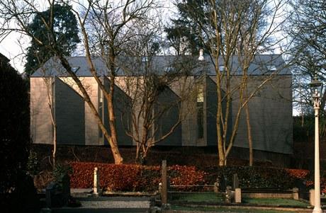Díky vlákno-cementovému opláštění působí celá stavba monoliticky