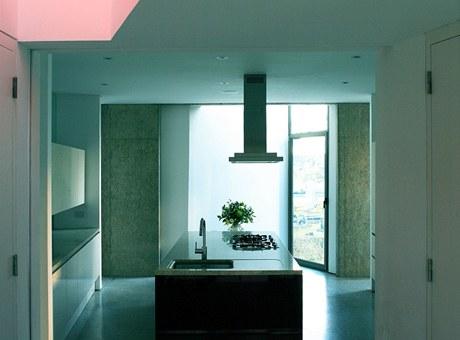 Úhlopříčné průhledy mezi patry umožňují přístup denního světla shora i do kuchyně, která je umístěna vpřízemí