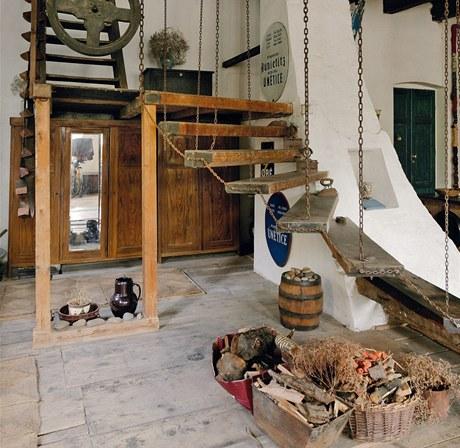 Stometrová mlýnice je v létě příjemným společenským prostorem. Dříve si tu obě dcery hrály na princezny, později se začalo zkoušet divadlo