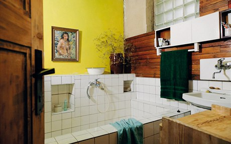 """Stará koupelna je první v řadě na přestavbu. Paní Vytisková chce na stěny betonovou stěrku a místo bazénku velký bezbariérový sprchový kout: """"Měla by to být strohá, ale také vlídná a pohodlná místnost."""""""