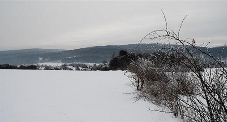Pohled na Libeř od severozápadu. Vpravo vrch Spáleniště (421 m), vlevo Holý vrch (439 m).