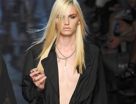 Australský model srbského původu Andrej Pejic na přehlídce J. P. Gaultiera