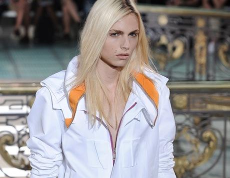 Australský model srbského původu Andrej Pejic na přehlídce Raf Simons