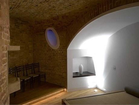 Nerovnoměrně široké stěny dovolily vzniknout desítkám nik, výklenků i neobvyklému světelnému a ventilačnímu systému