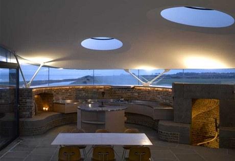 Zdivem stavby vedou světelné tunely, kterými se dostavá denní svit i do místností v nejnižsích patrech věže