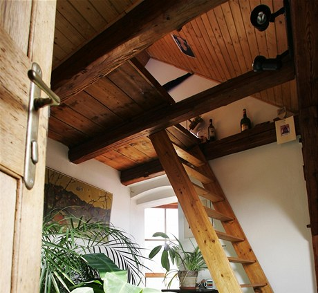Dřevěnými schůdky se vyleze přímo do horního patra, kde je velká matrace