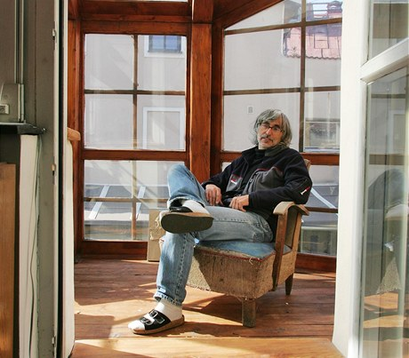 """""""Snažil jsem se využít možností starého domu, aby bylo bydlení zajímavé. Myslím si, že se mi to povedlo, nevšední prostory vznikly, proto jsem spokojený,"""" hodnotí svůj dům Ivan Štros"""