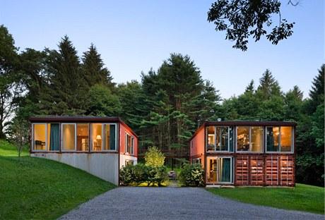 Rodinný dům s názvem Stará dáma má velké skleněné plochy, které majitelům poskytují krásný výhled do přírody.