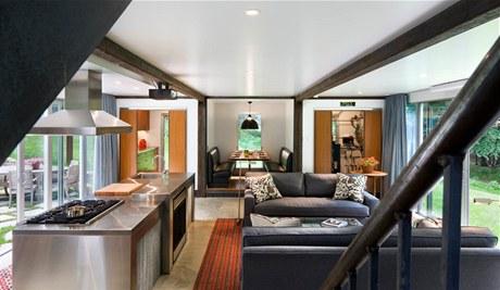 V centrální místnosti domu je kuchyňský ostrůvek a dvě pohodlné pohovky.