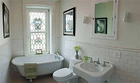 Koupelna v menším, nájemním bytě byla zařízena do posledního detailu v jednoduchém stylu přelomu století. Prim hrají okenní vitráže