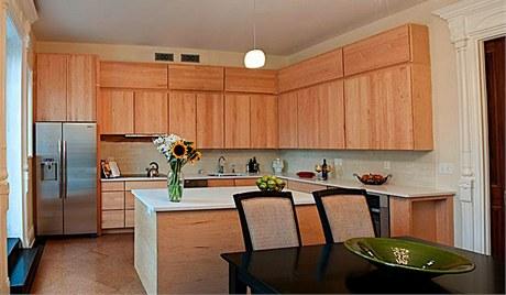 Kuchyni vládnou přírodní materiály. Uzavřené a jednoduché skříňky maximálně usnadňují údržbu