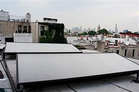 Na střeše domu, s výhledem na mrakodrapy, byly instalovány solární panely na ohřev vody