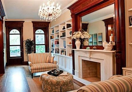 Renovací prošla i původní mramorová krbová římsa v obývacím pokoji