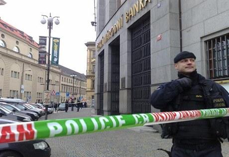 Policisté cvičí u sídla České národní banky (11. 1. 2011)