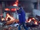 Záběry z amatérského videa pořízeného v ulicích tuniského města Douz (12. ledna 2011)