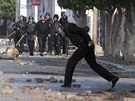 Protestující hážou kamení po tuniských policistech (10. ledna 2011)