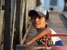 Na molu u kanálu Twante lidé čekají na svůj spoj do dalších měst v deltě