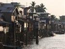 Domy rybářů na pobřeží stojí ve vzduchu, aby odolaly zvýšené hladině