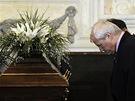 Rozloučení s Jiřím Dienstbierem v Senátu - čestná stráž se klaní (14. ledna 2011)