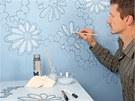 Motiv přenesený podle šablony na stěnu můžete i vymalovat